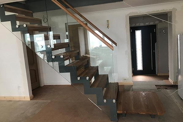 Zig-zag-stringer-and-glass-balustrade-staircase